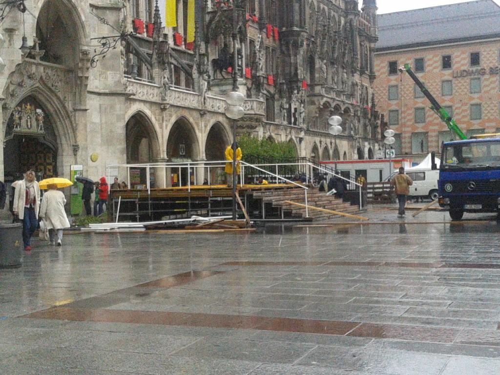 Münchner Marienplatz Aufbau im Regen für Fronleichnam